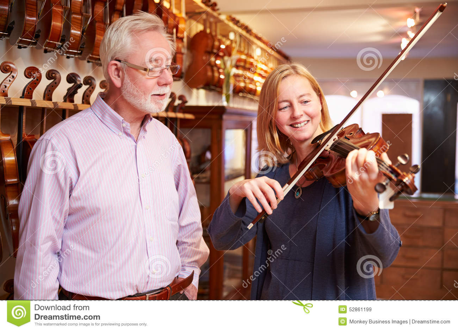 Klant die Viool in Music Store uitproberen