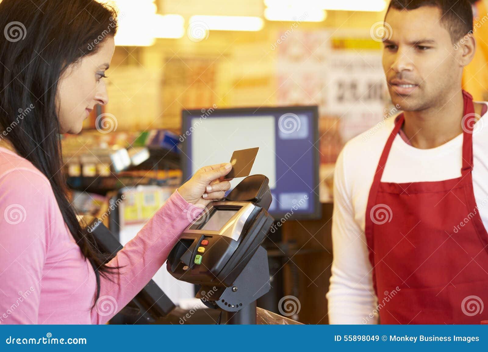 Klant die voor het Winkelen bij Controle met Kaart betalen