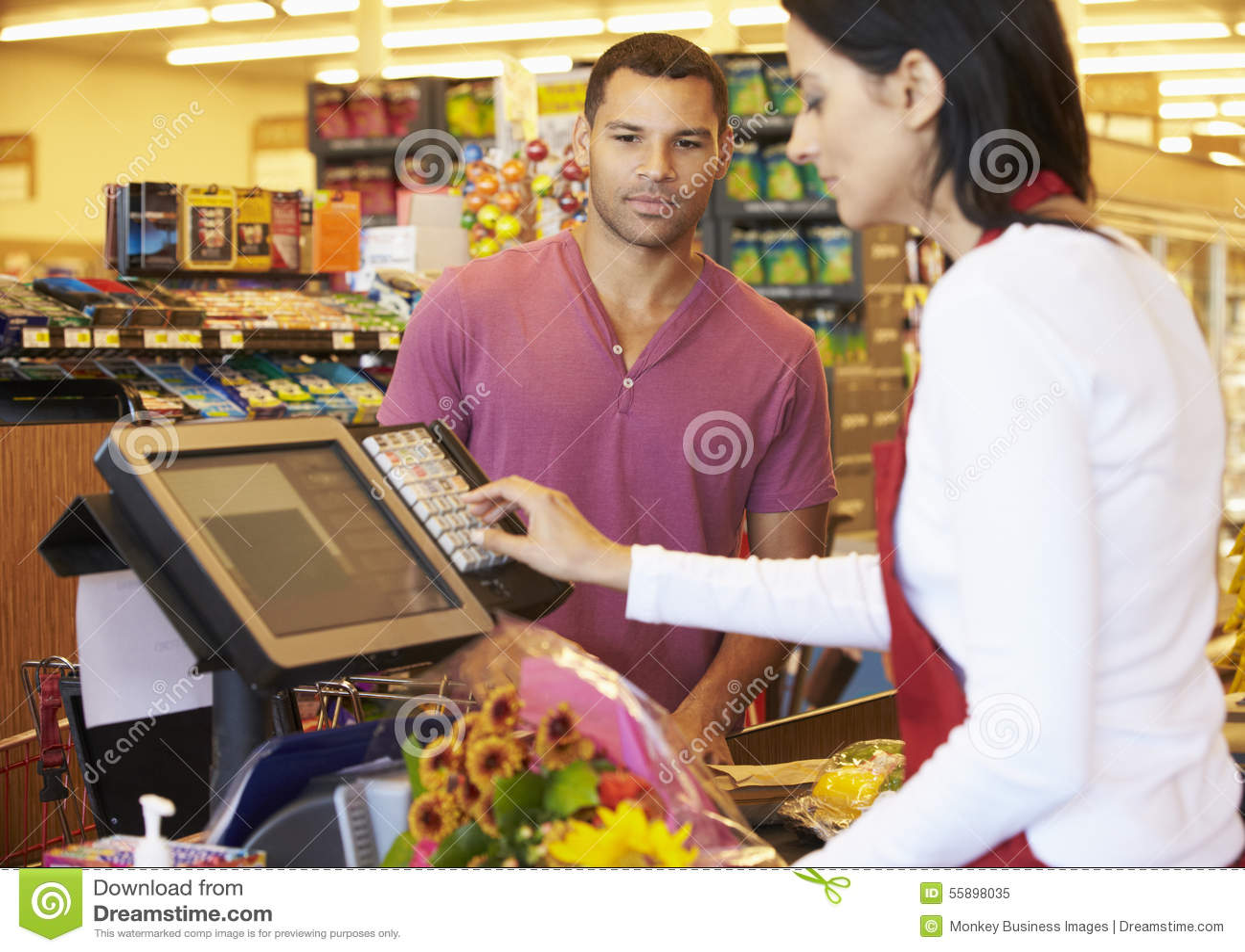 Klant die voor het Winkelen bij Supermarktcontrole betalen