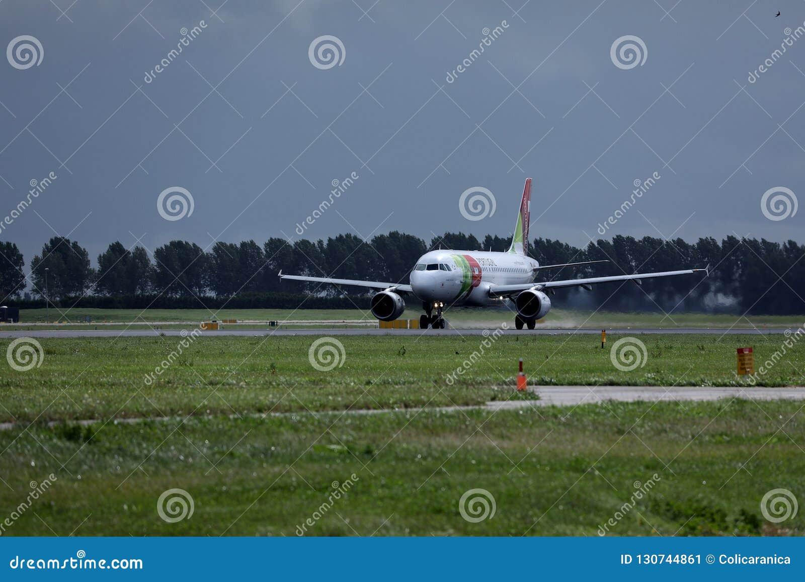 KLAPPAir Portugal nivå på landningsbana i Amsterdam flygplatsSchiphol AMS