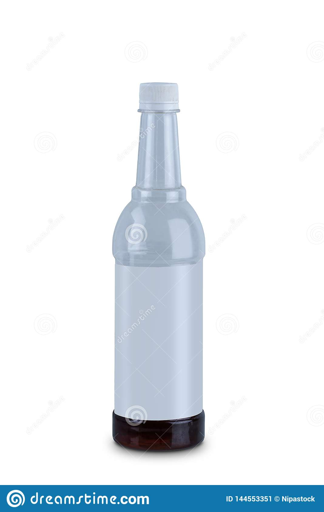 Klar plast- vattenflaska som isoleras på vit bakgrund