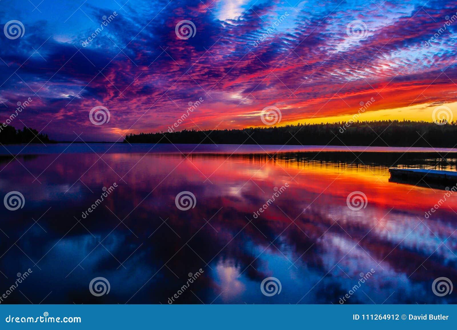 Klar sjö som rider bergnationalparken, Manitoba, Kanada