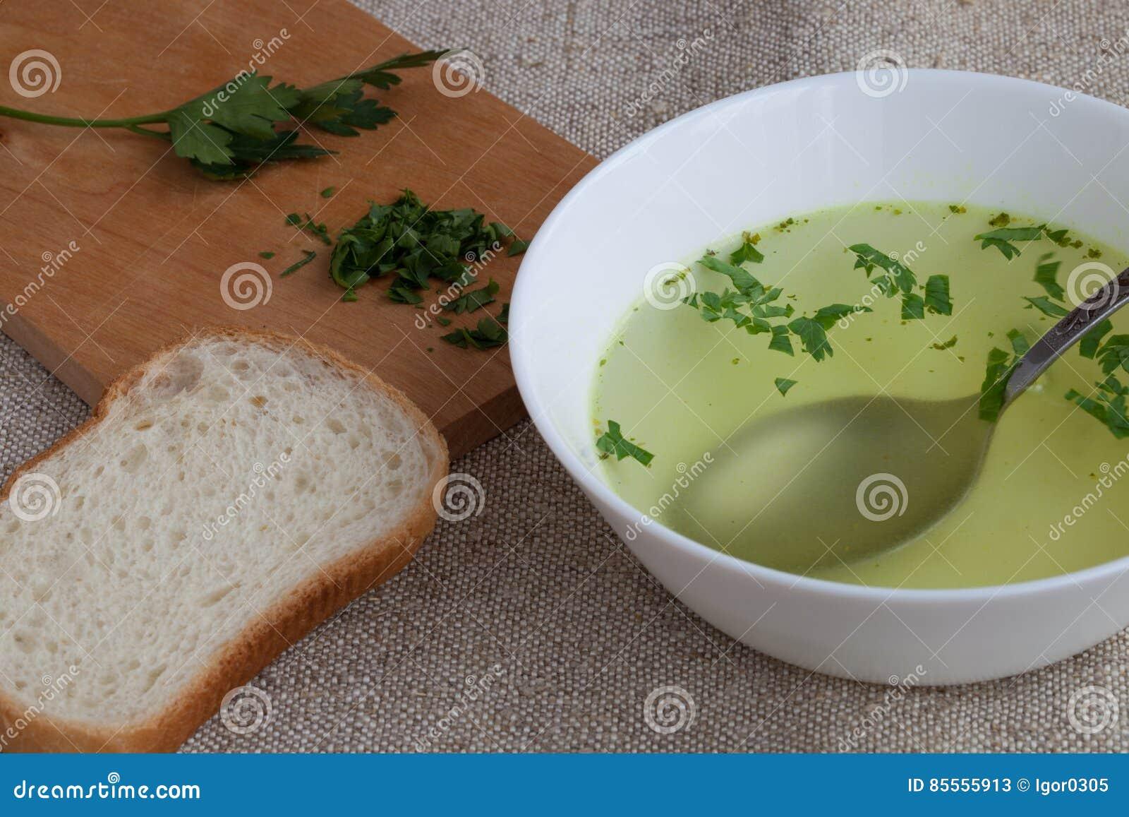 Klare Brühe und Brot