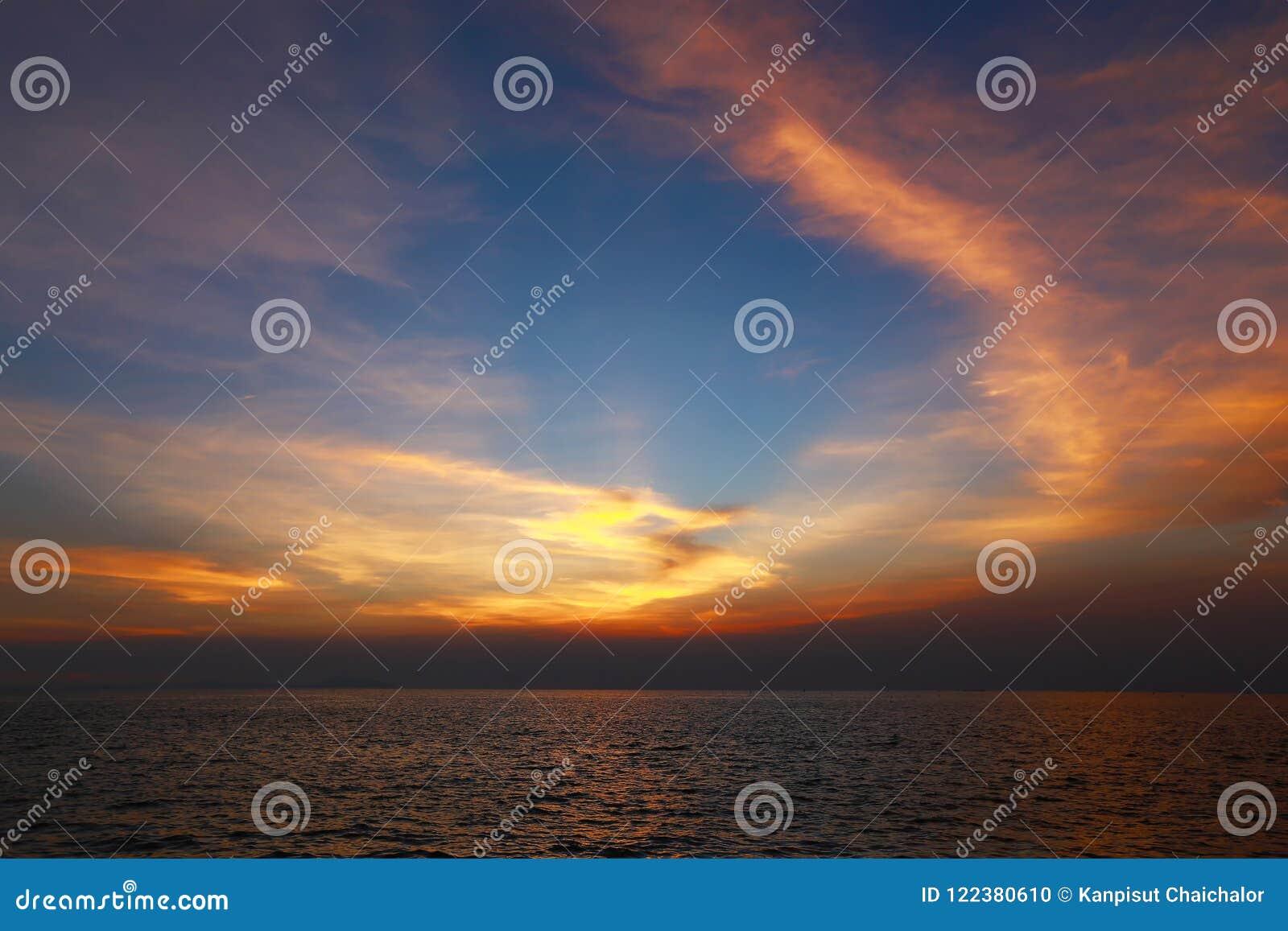 Klarer Dämmerungssonnenunterganghimmel und Bewegungsunschärfe des Meeres darunter mit langem Belichtungseffekt