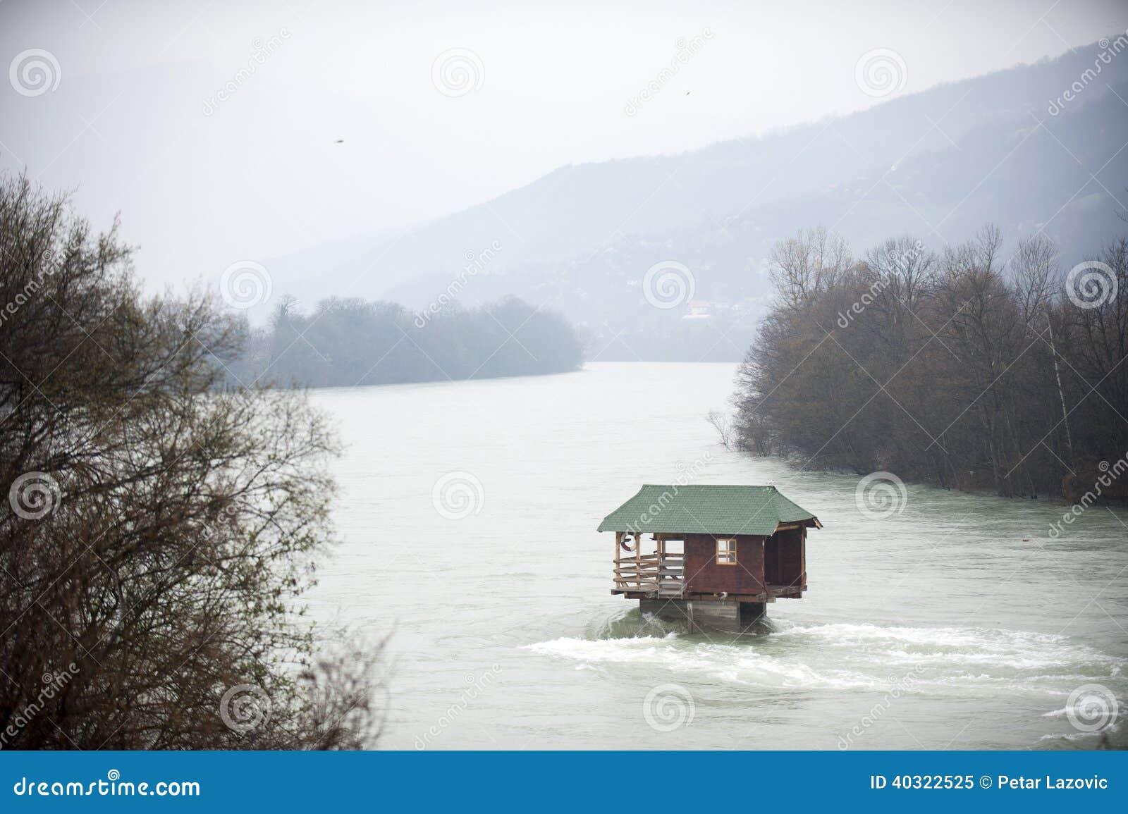 klarer fluss drina in serbien mit einem kleinen haus auf einem felsen in den bergen gestalten. Black Bedroom Furniture Sets. Home Design Ideas