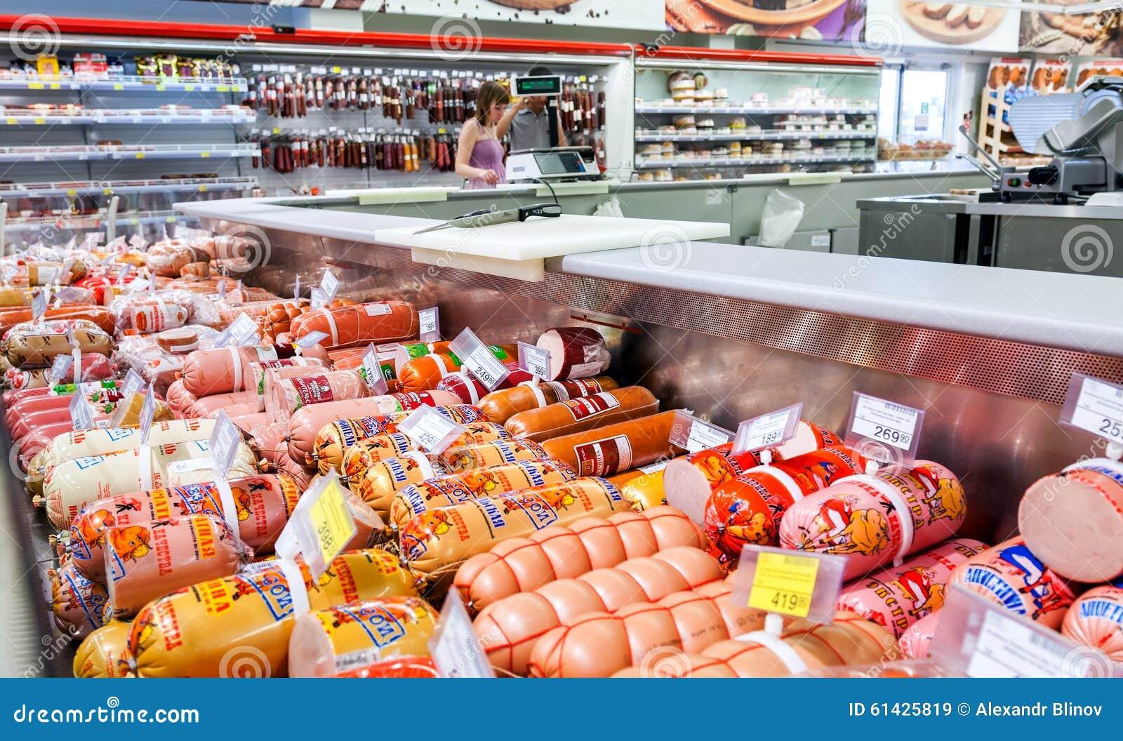 Klart till salu för kött och för korv i stormarknaden Karusel