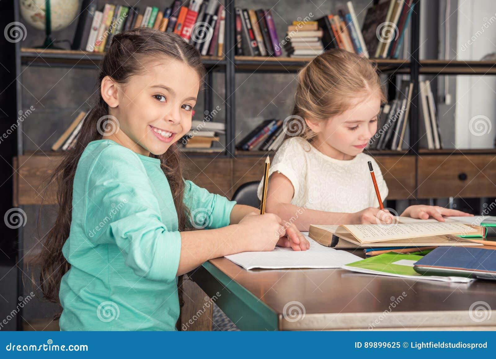 Klasgenoten die thuiswerk samen in bibliotheek doen