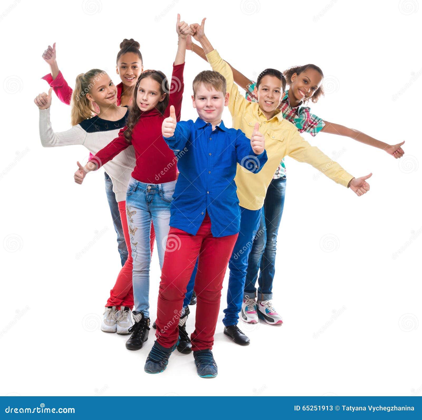Klasgenoten die zich met hun handen en duimen bevinden