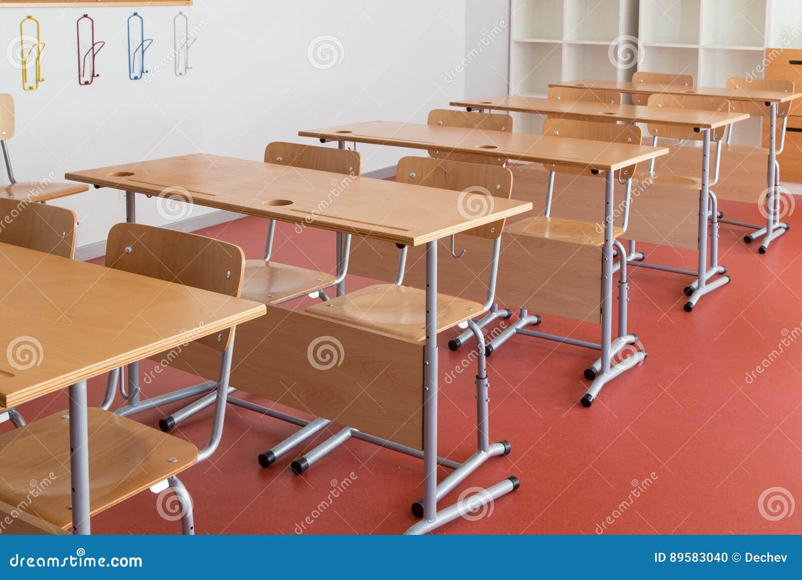 Klaslokaal met houten bureaus en stoelen