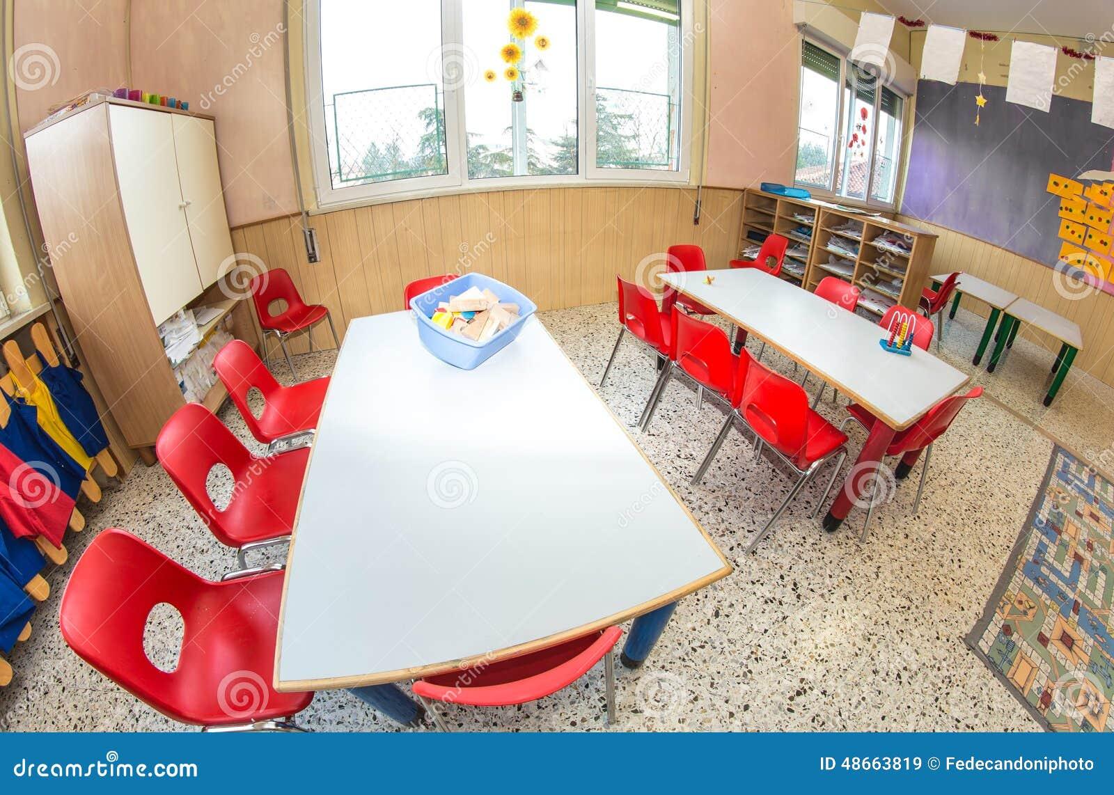 Klaslokaalkinderdagverblijf met rode stoelen en bureaus voor kinderen stock afbeelding - Bureau kinderen ...