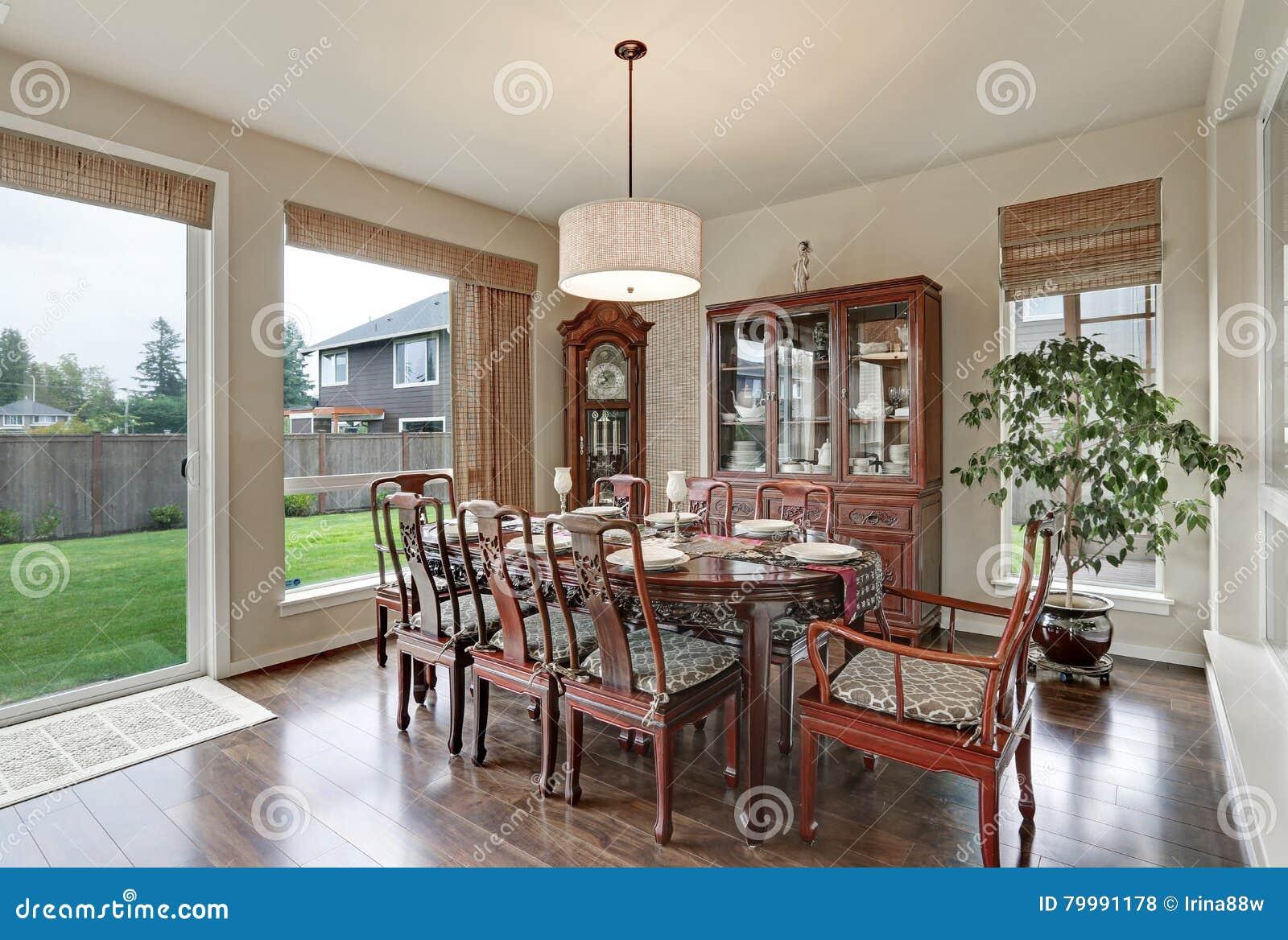 Klassiek binnenland van eetkamer in luxueus huis stock foto