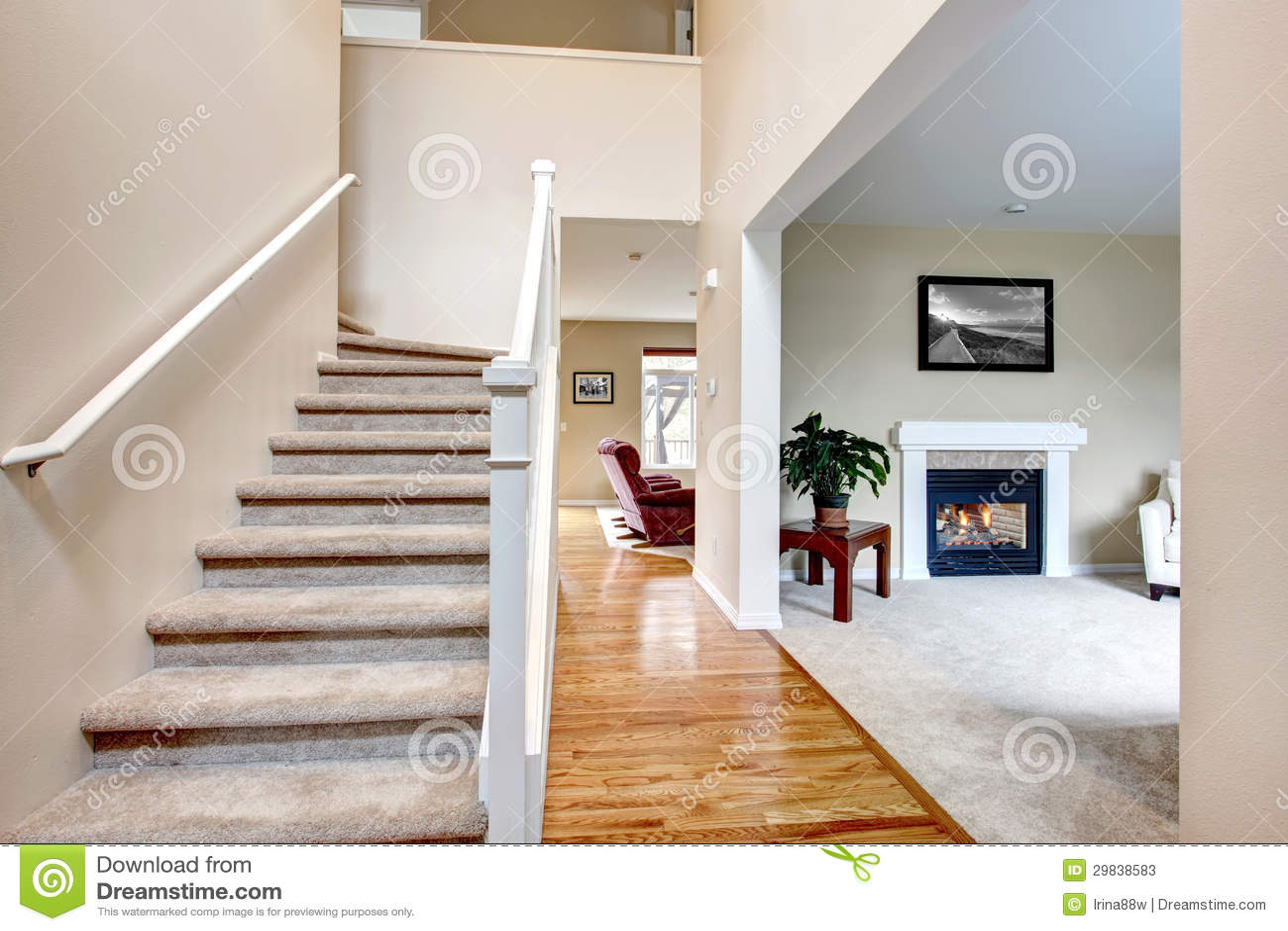 Klassiek huisbinnenland met woonkamer en trap stock foto 39 s afbeelding 29838583 - Deco woonkamer met trap ...