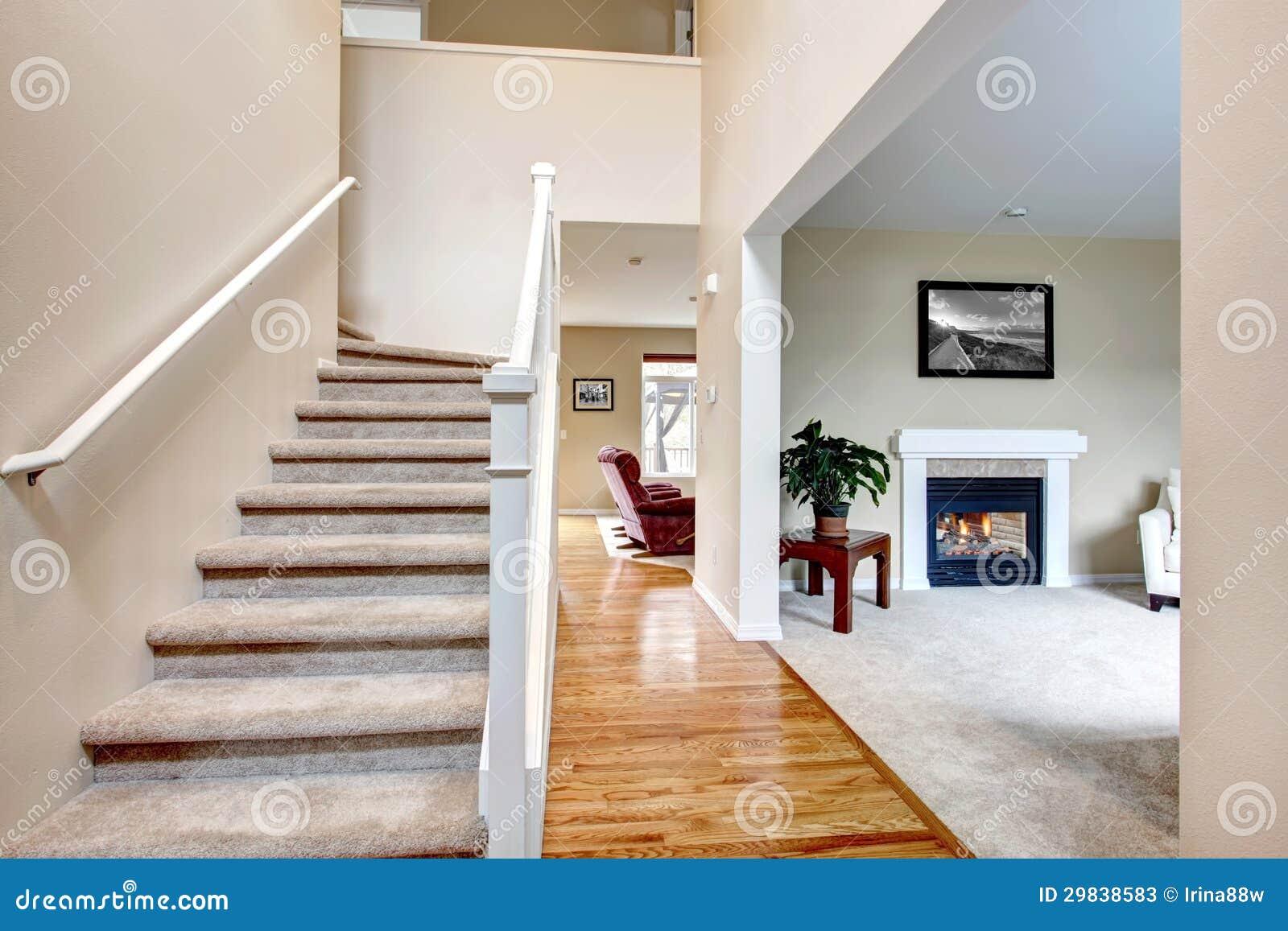Klassiek huisbinnenland met woonkamer en trap stock afbeelding