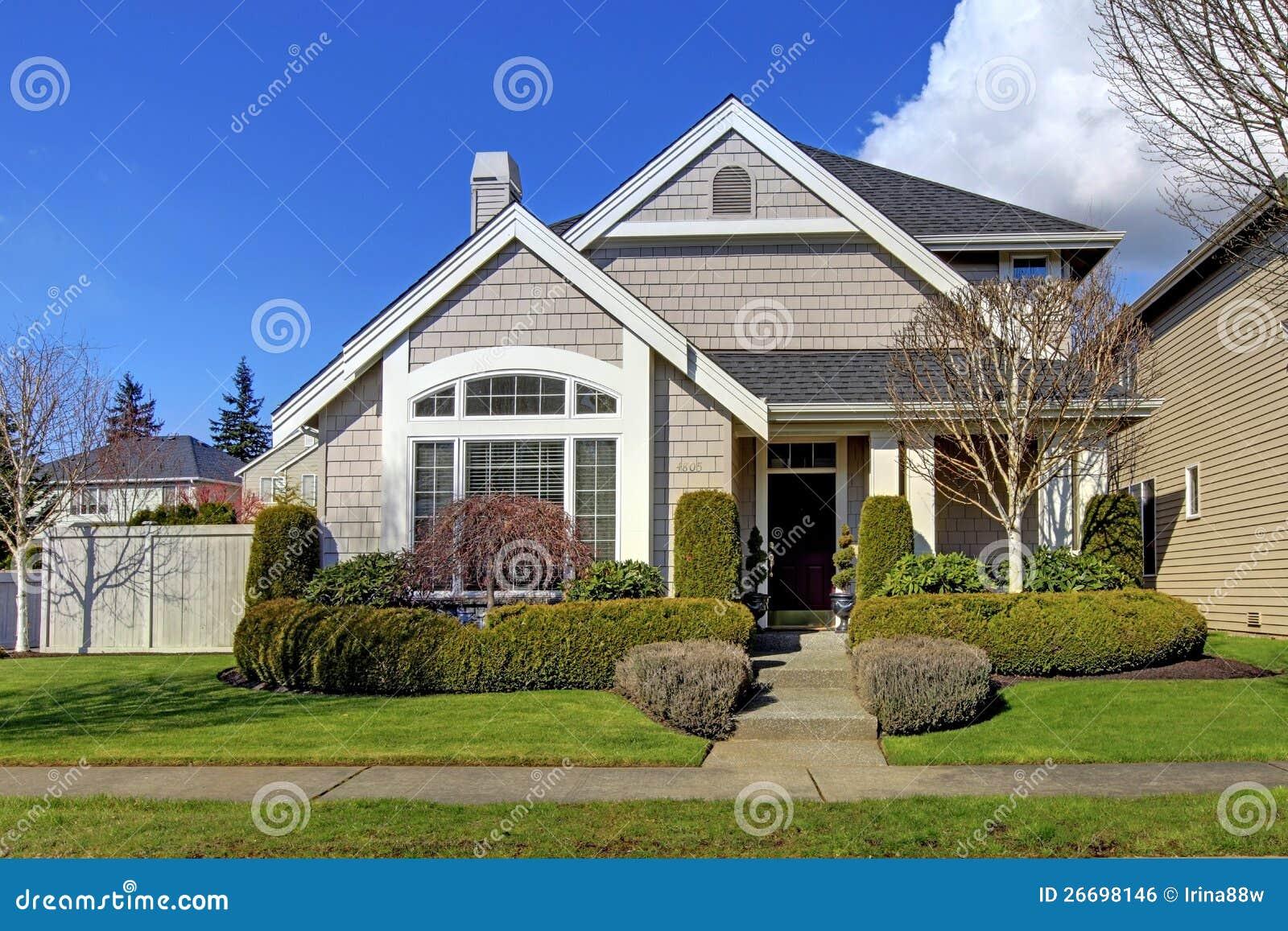 Klassiek nieuw Amerikaans huis buiten in de lente.