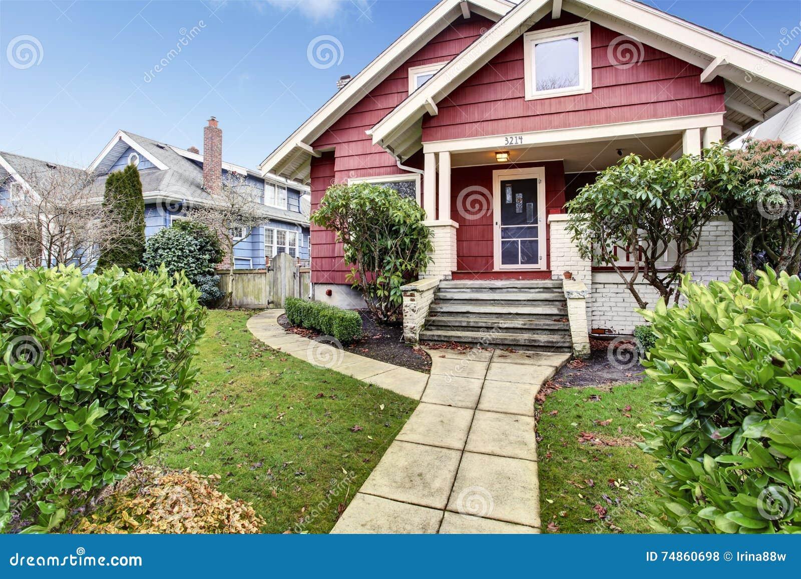 Klassiek vakman oud amerikaans huis buiten in rood en wit stock foto afbeelding 74860698 - Oud huis ...