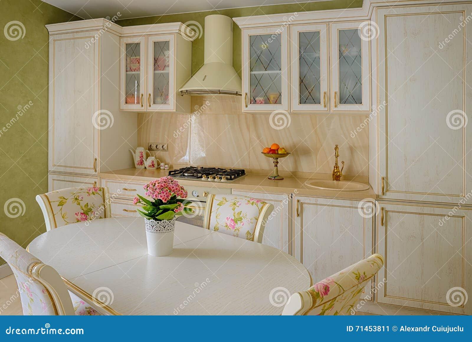Klassiek van de stijlkeuken en eetkamer binnenland in beige