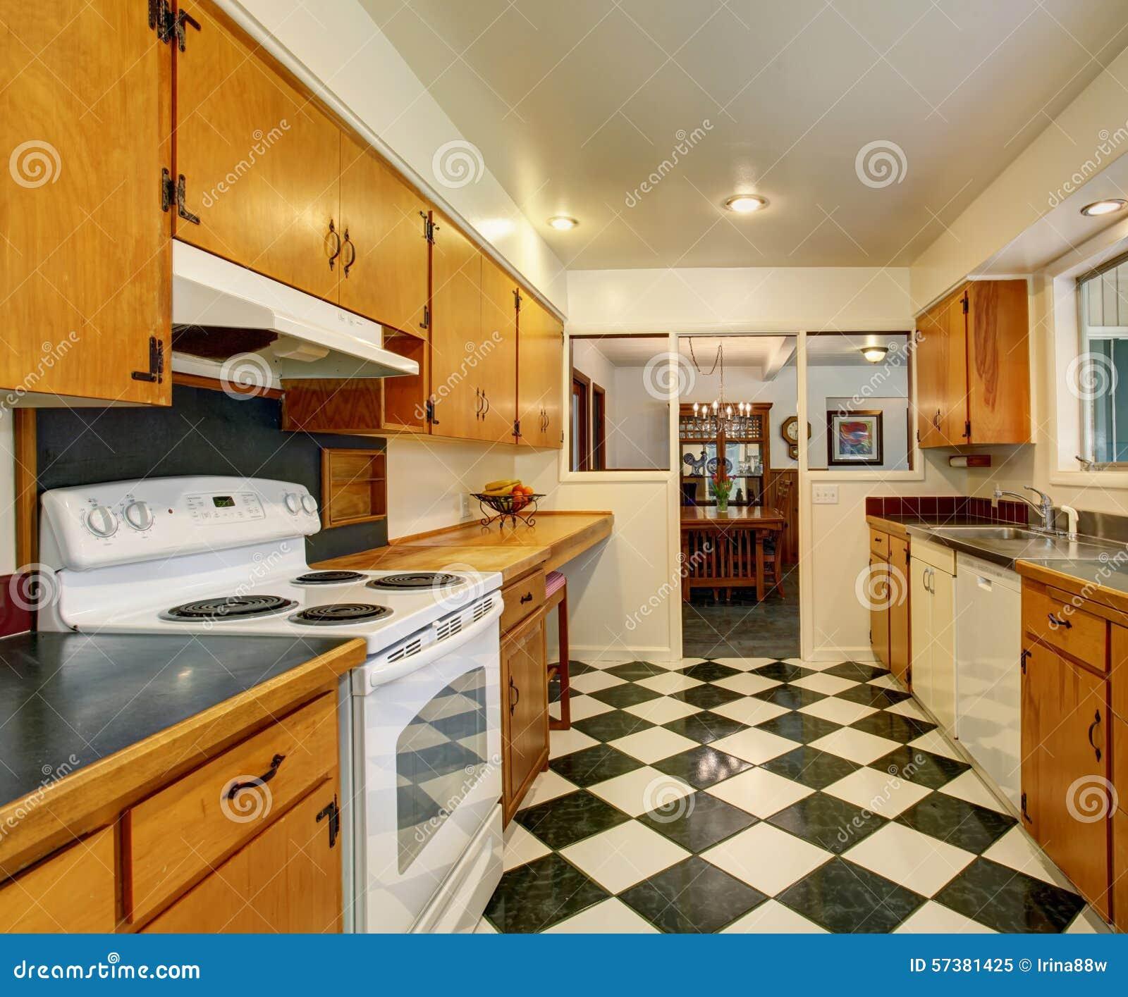 Klassieke Amerikaanse keuken met geruite tegelvloer