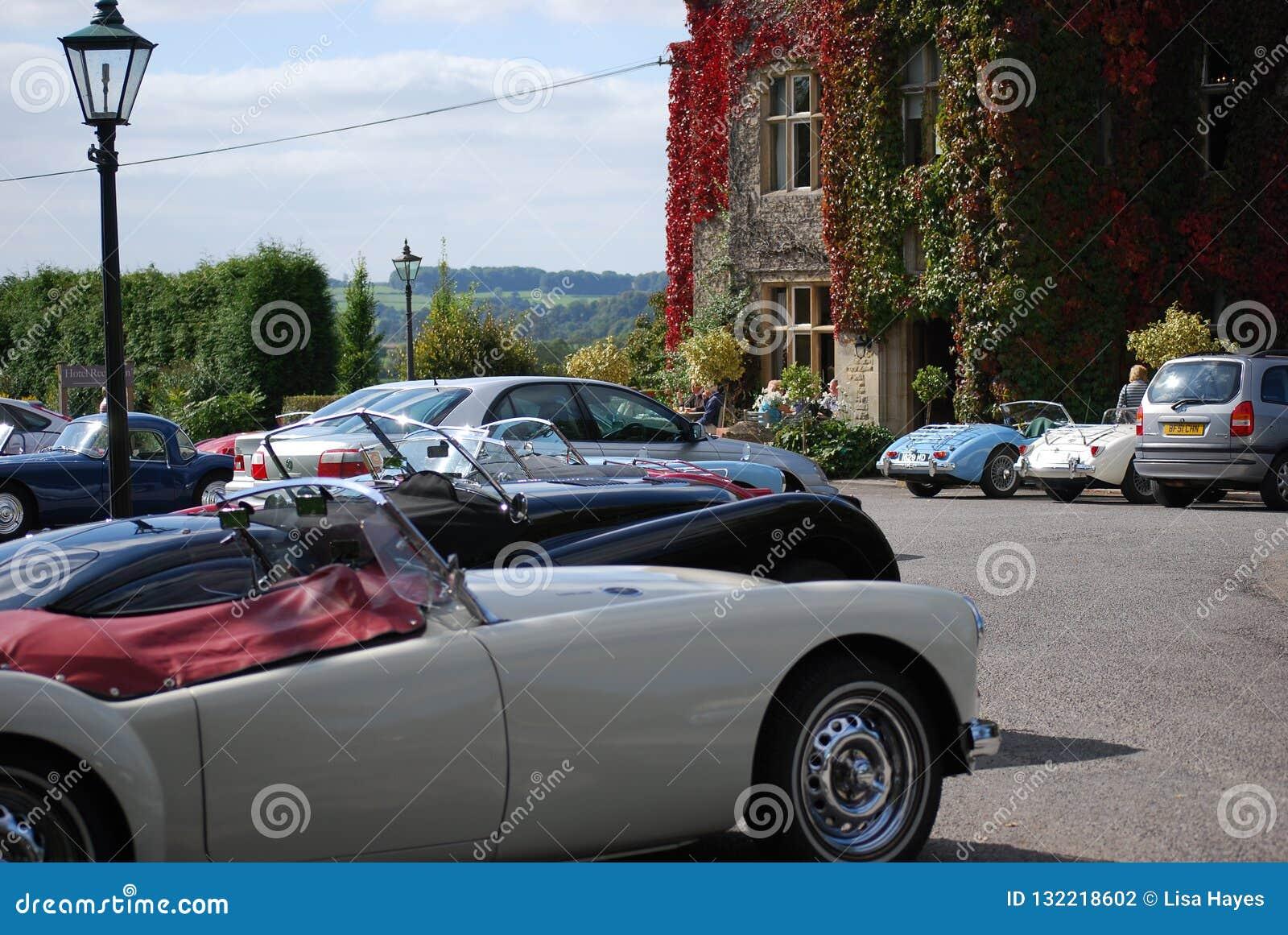 Klassieke Auto s buiten Fosse Manor, stouwen-op-de-Wold, Gloucestershire, het UK