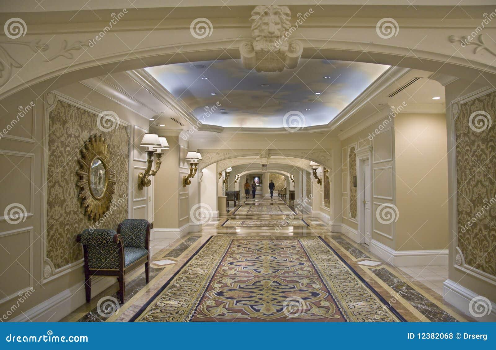 Klassieke brede gang met sofa en tapijt royalty vrije stock foto 39 s afbeelding 12382068 - Corridor tapijt ...
