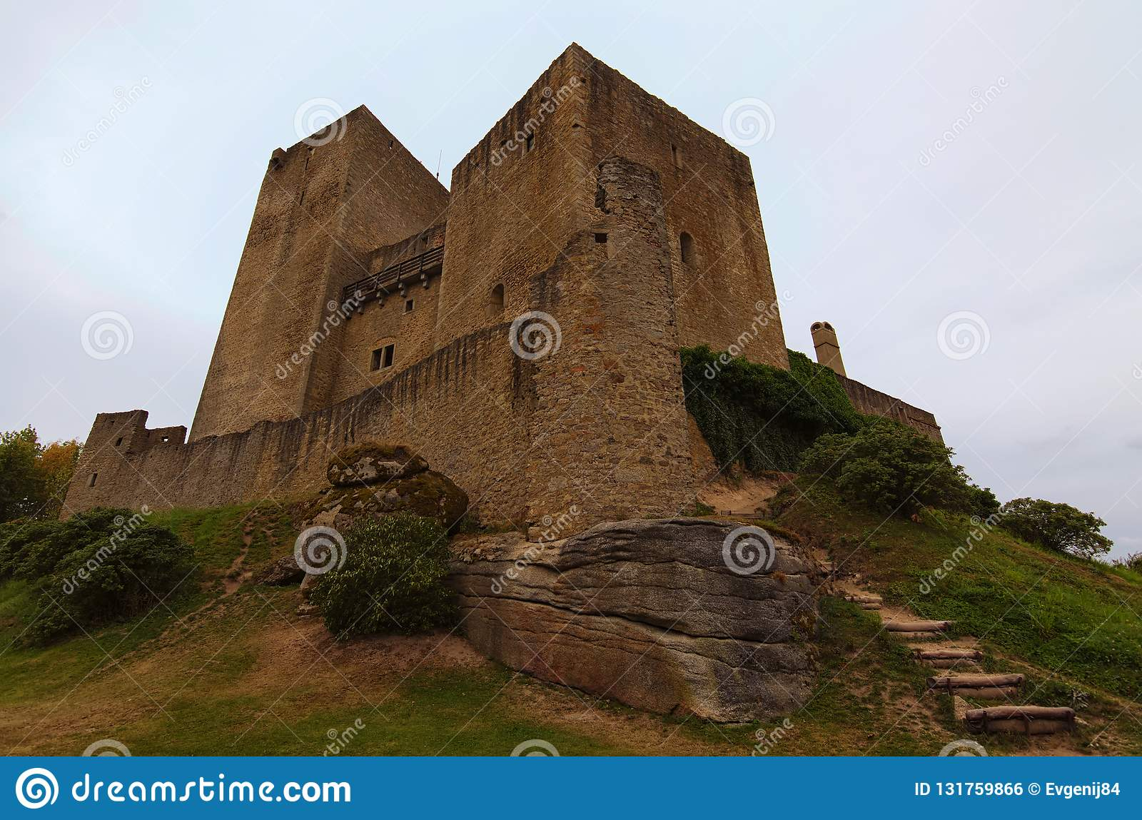 Klassieke brede hoekmening van middeleeuws Landstejn-Kasteel Het is het oudste en het best bewaarde Romaanse kasteel in Europa