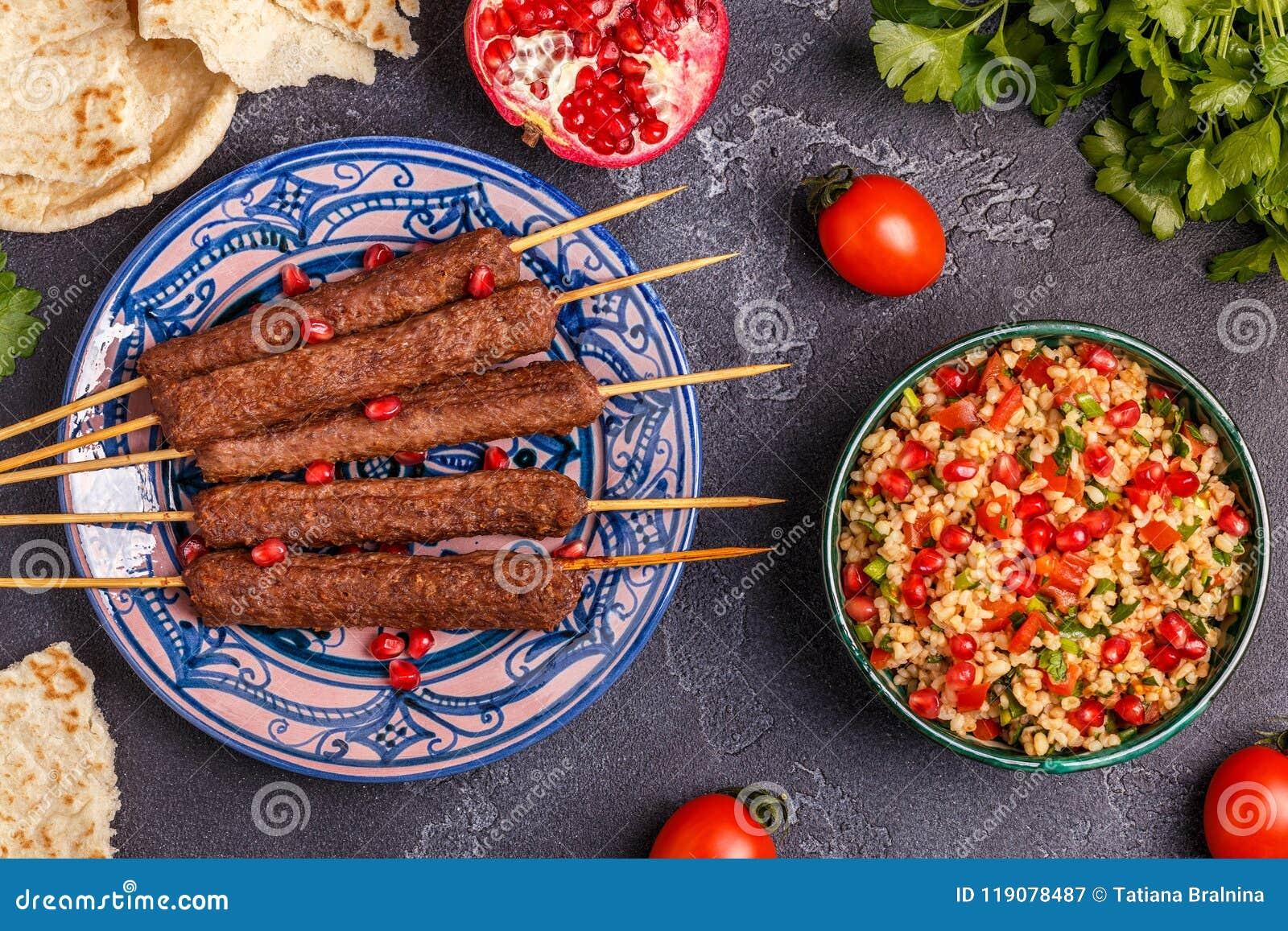 Klassieke kebabs met tabboulehsalade, traditionele van het Middenoosten