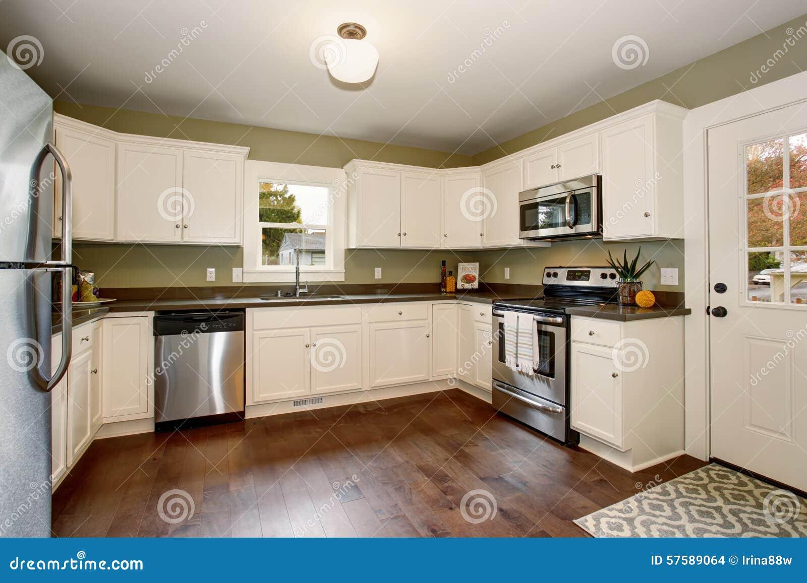 Klassieke keuken met groene binnenlandse verf, en witte kabinetten ...