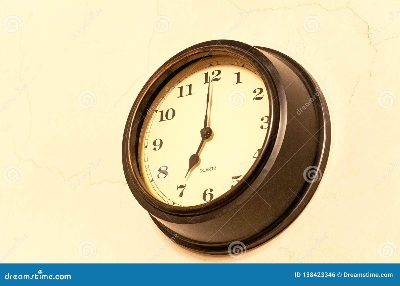 Klassieke klok met het bewegen van wijzer