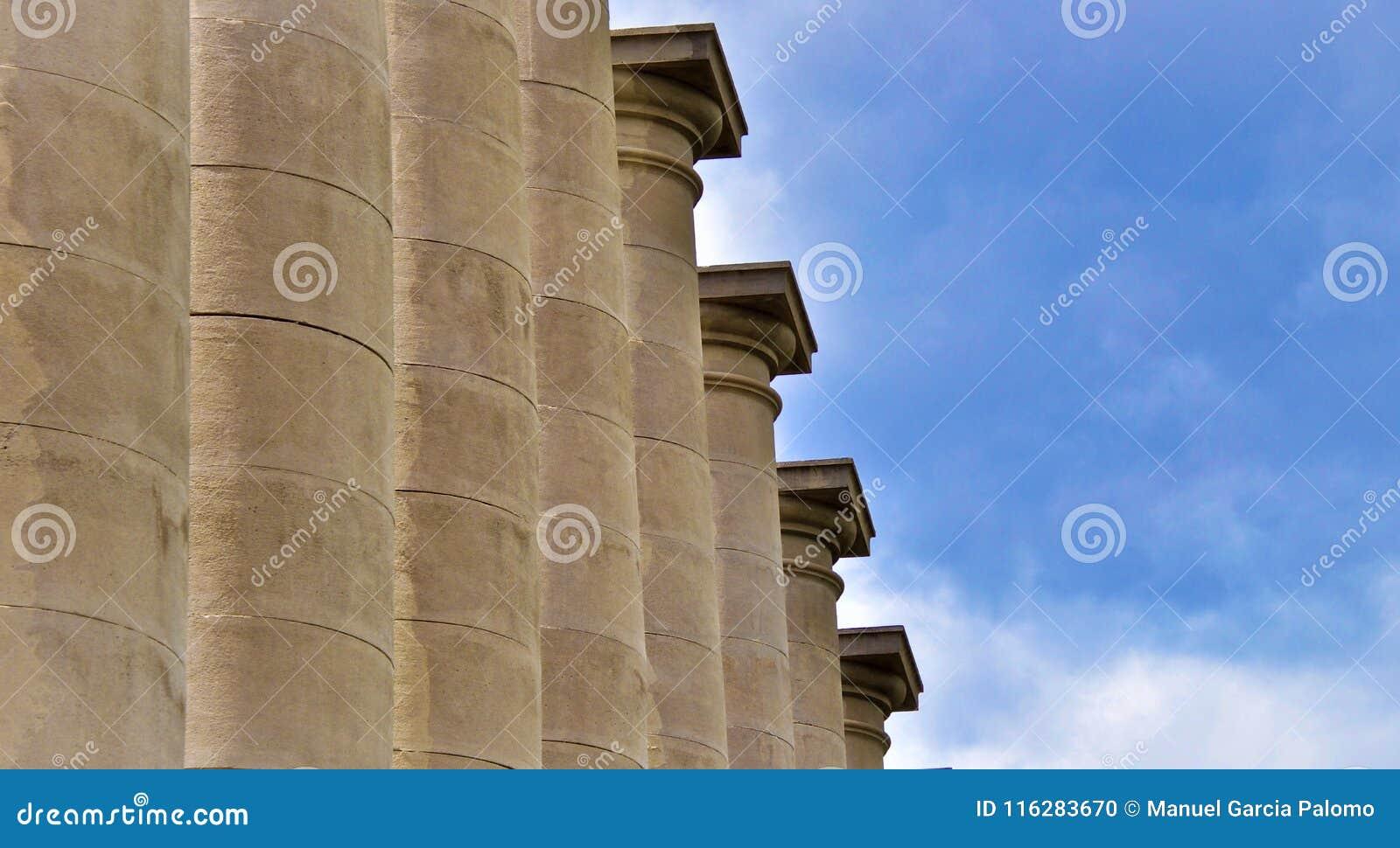 Klassieke kolommen onder blauwe hemel in Barcelona Spanje