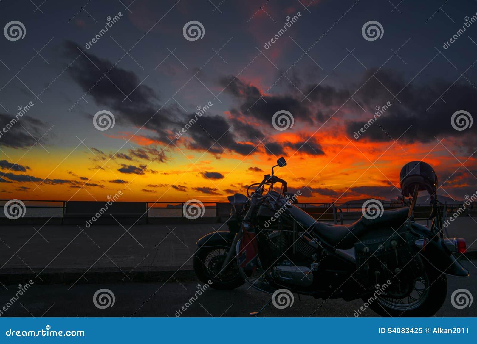 Klassieke motorfiets bij schemer
