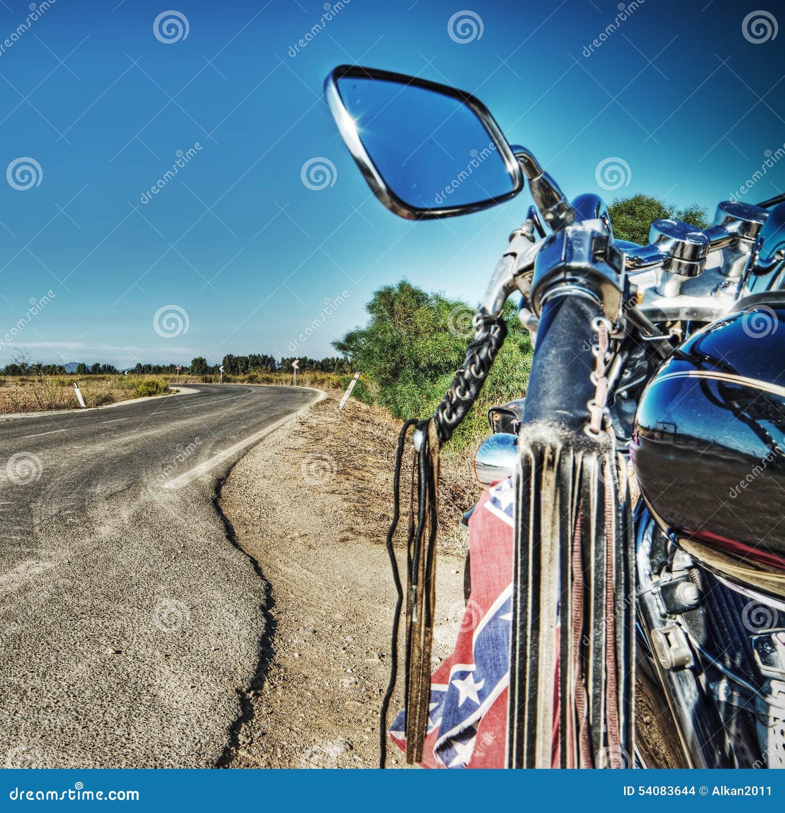 Klassieke motorfiets op de rand van een windende weg