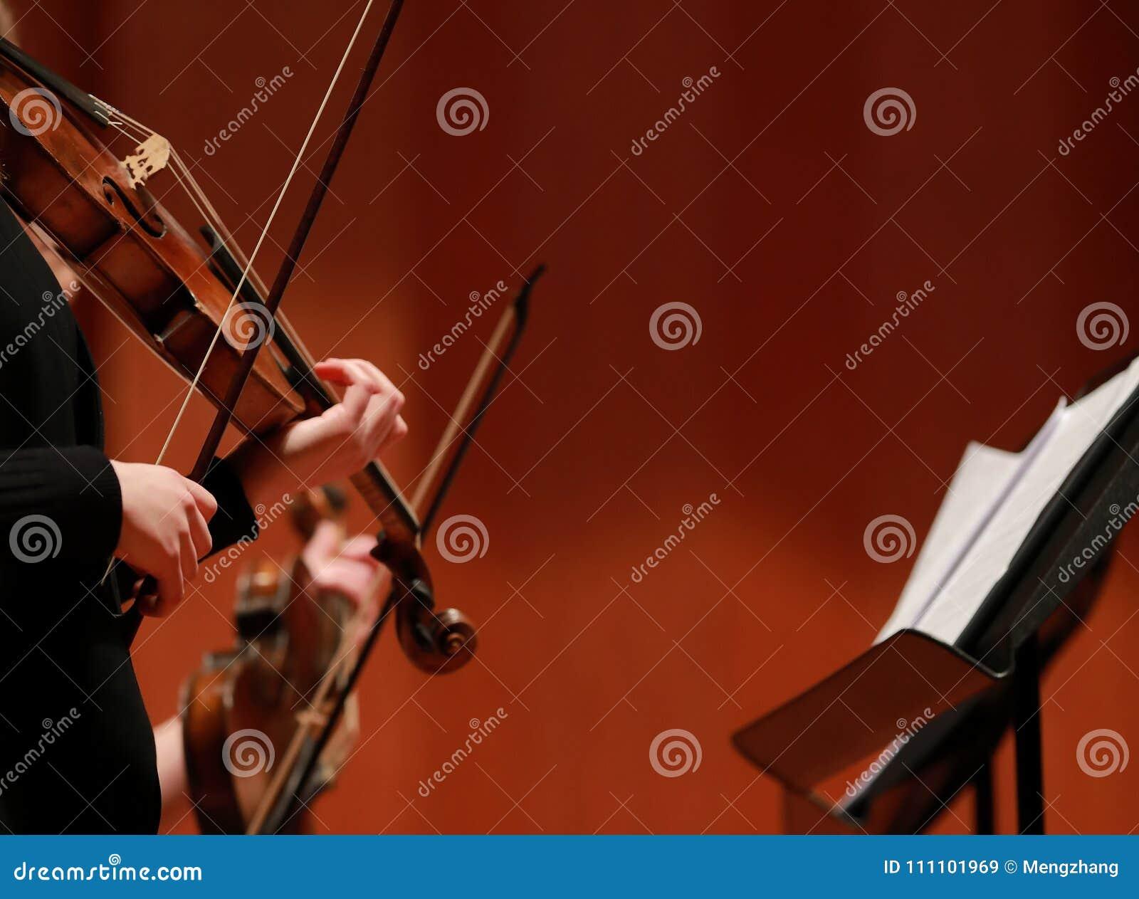 Klassieke muziek Violisten in overleg Stringed, violinistCloseup van musicus die de viool spelen tijdens een symfonie