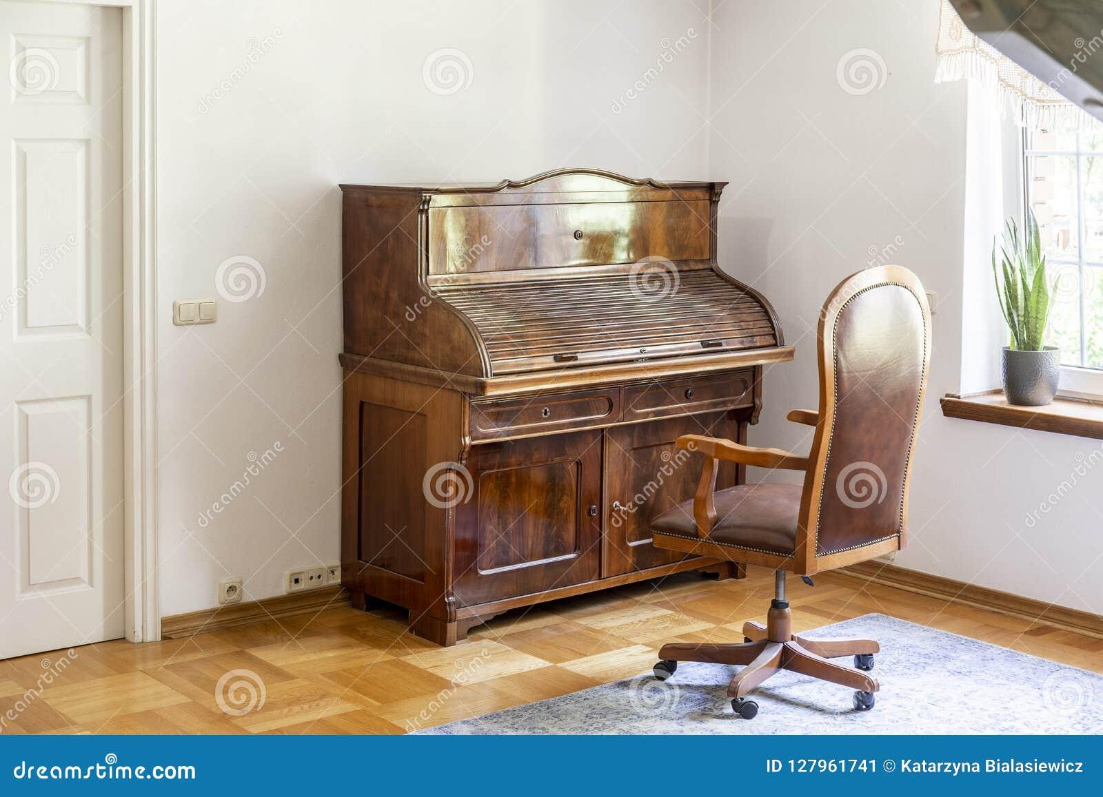 Stoel Met Wielen : Klassieke piano en stoel op wielen in een antiek ruimtebinnenland r
