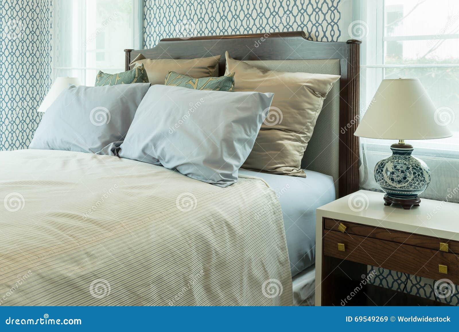 Blauwe Slaapkamer Lamp : Klassieke slaapkamer met blauwe hoofdkussens en chinese lamp stock