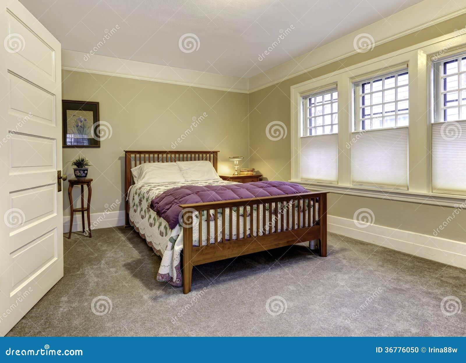 Klassieke slaapkamer met bruin houten bed stock foto   afbeelding ...