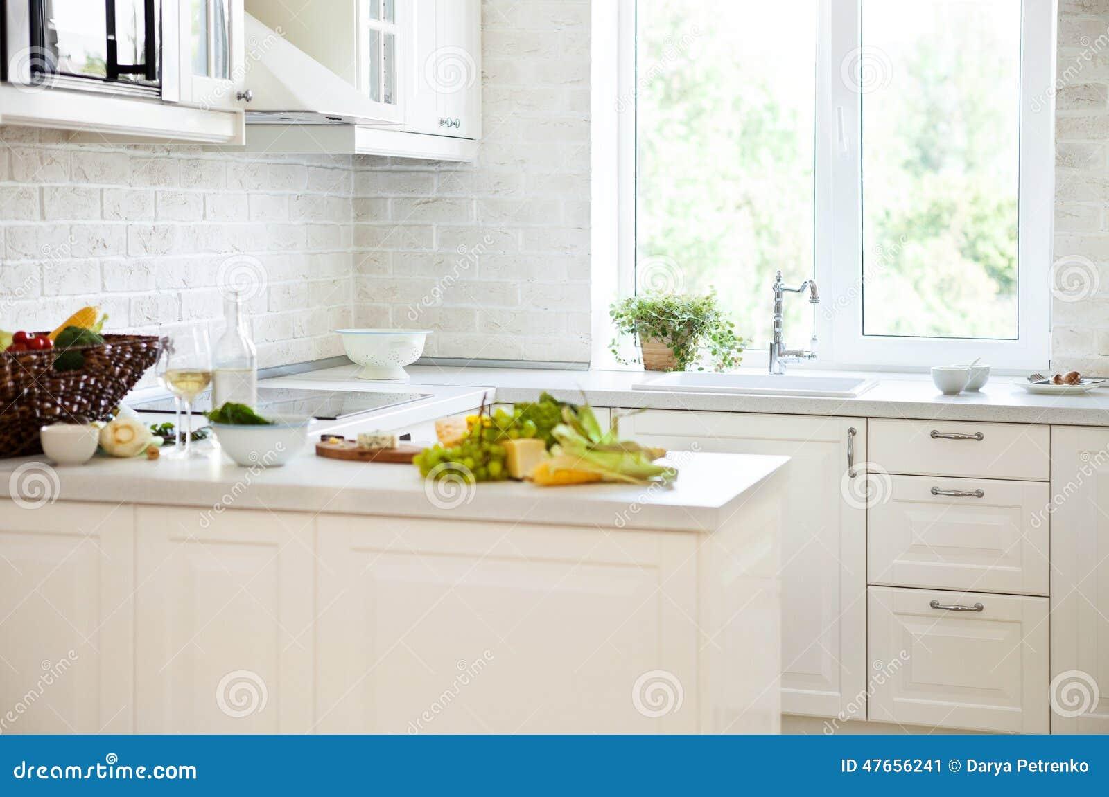 Klassieke witte keuken met gezond voedsel stock foto afbeelding 47656241 for Foto witte keuken