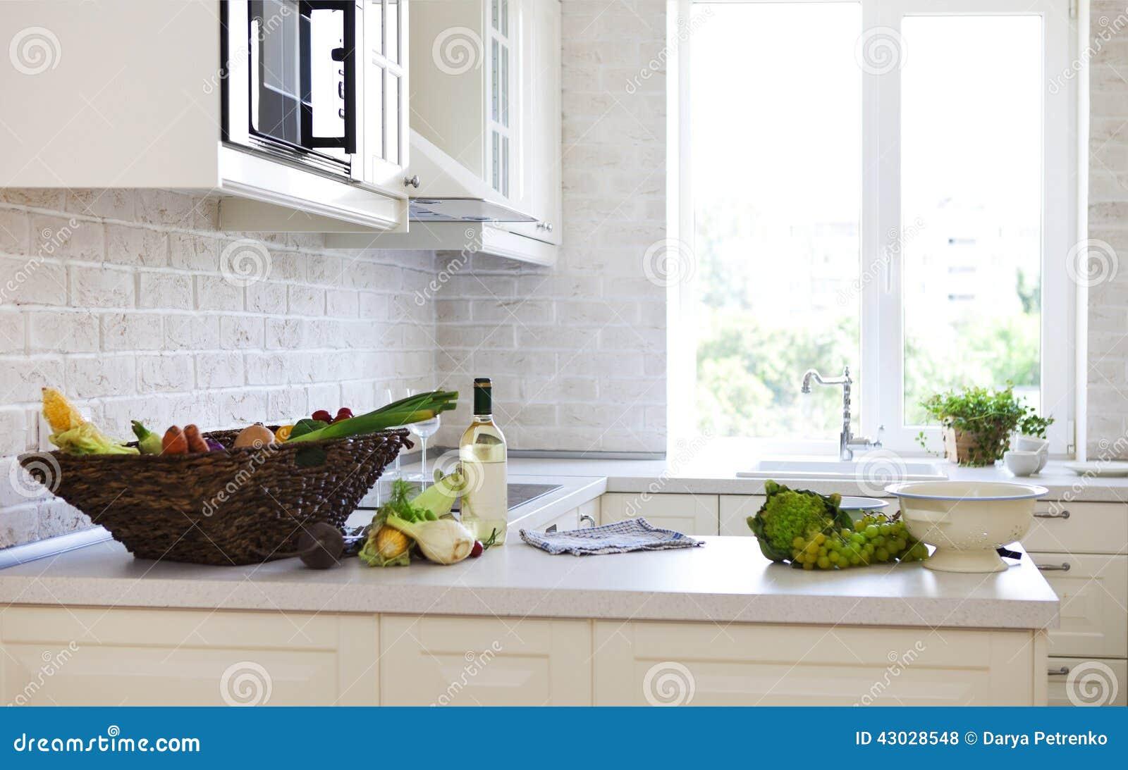 Klassieke witte keuken thuis stock foto afbeelding 43028548 for Foto witte keuken