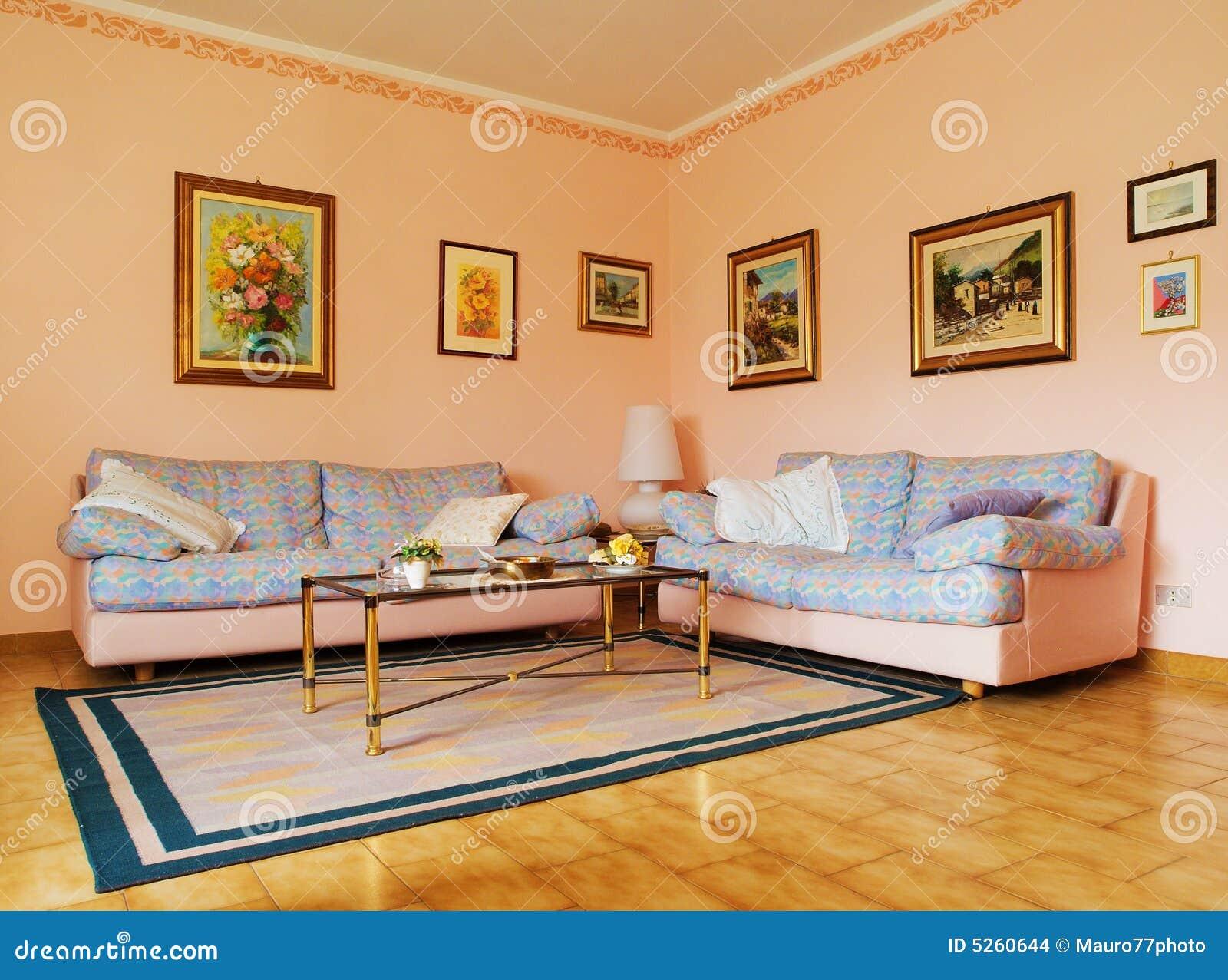Woonkamer Schilderijen : Een klassieke woonkamer met tapijt, banken en ...