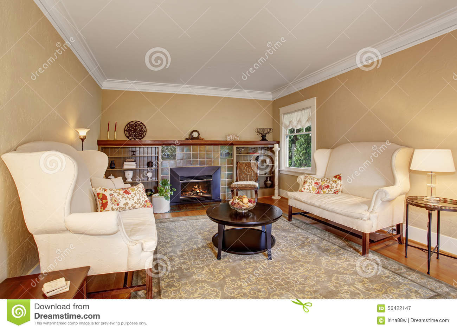 Koraalkleur De Woonkamer : Klassieke woonkamer met brandplaats en aardige deken stock