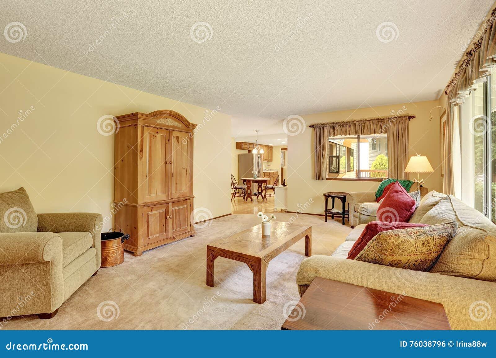 Koraalkleur De Woonkamer : Klassieke woonkamer met lichtgele muren en wit meubilair stock
