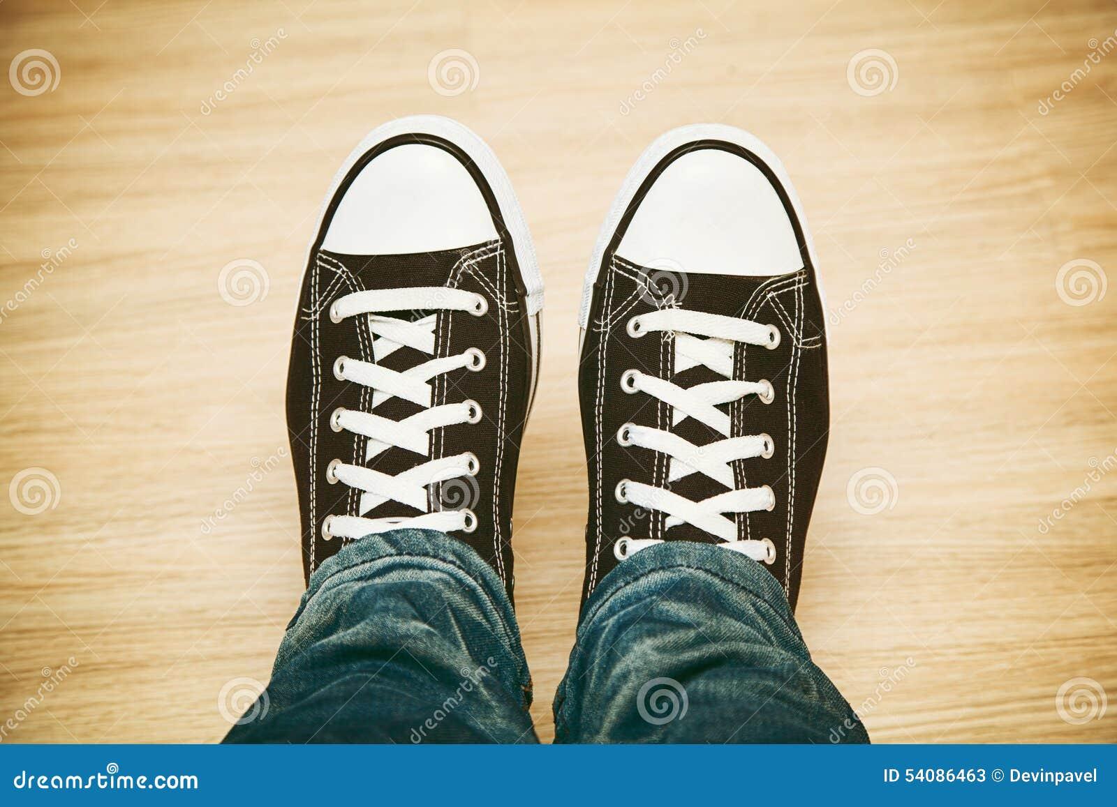 Klassieke zwart-witte tennisschoenen