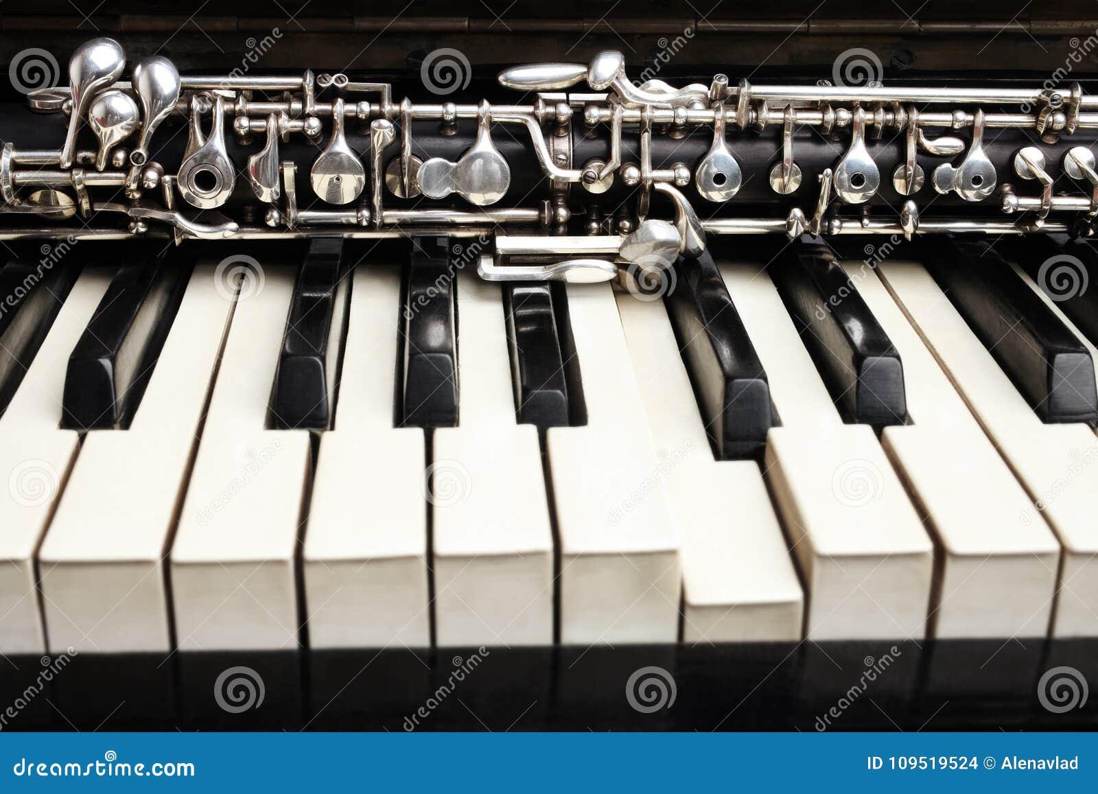 klassische instrumente der oboe und des klaviers stockfoto