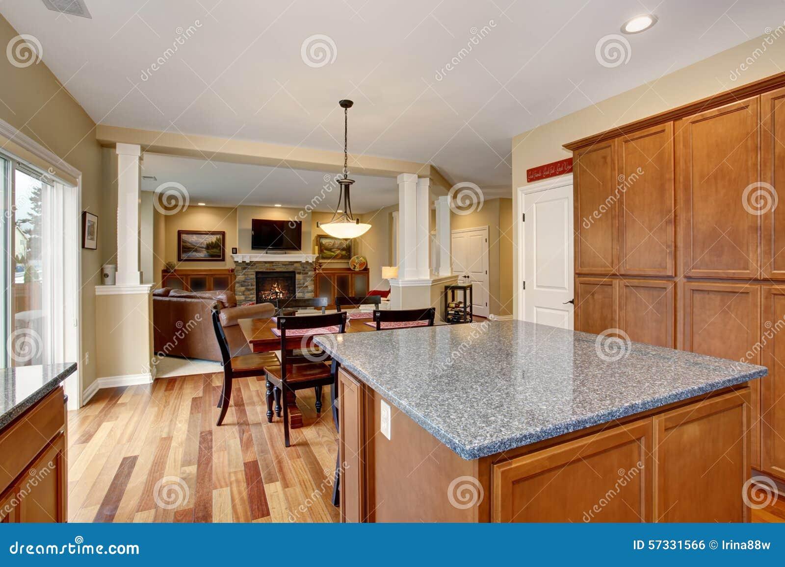 Klassische küche mit insel  und edelstahlkühlschrank stockfoto ...
