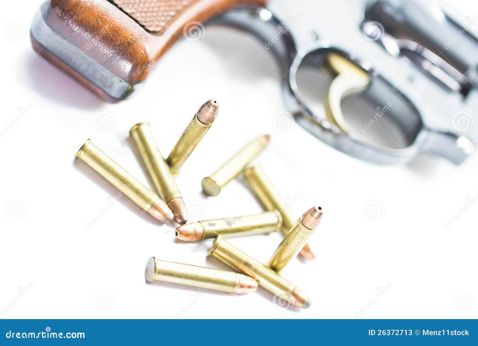 Klassischer Revolver und Gewehrkugeln