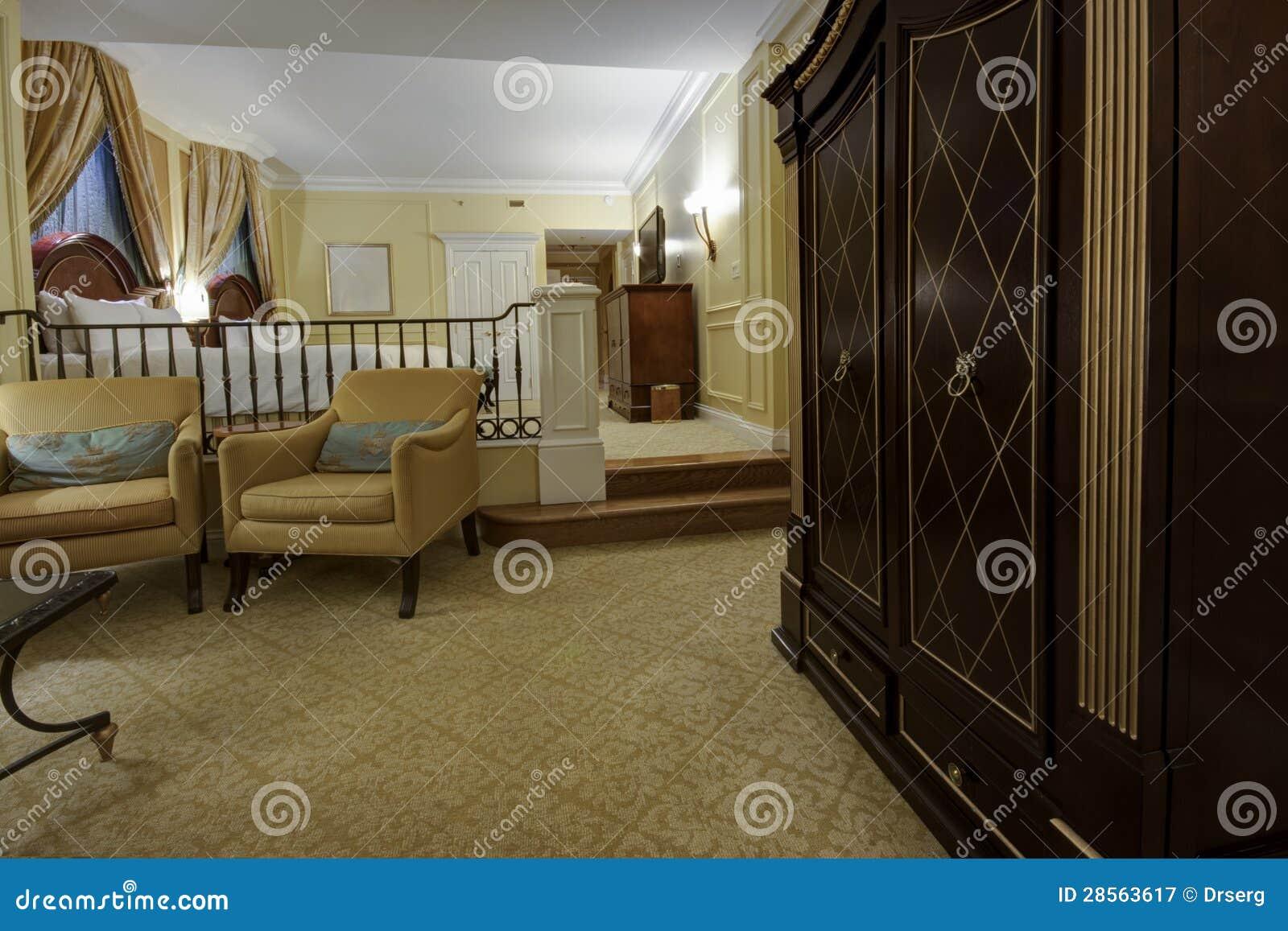 Klassischer Zwei Ebenenraum Mit Lehnsesseln Fernseher Und Bett