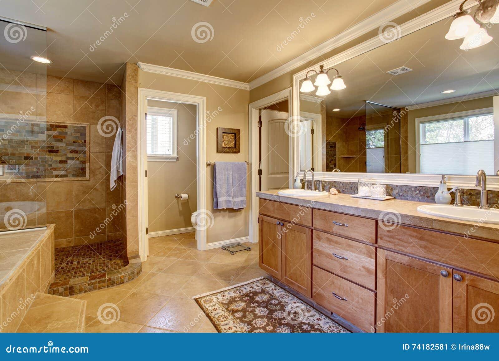 Klassisches Amerikanisches Badezimmer Mit Hölzernen Kabinetten