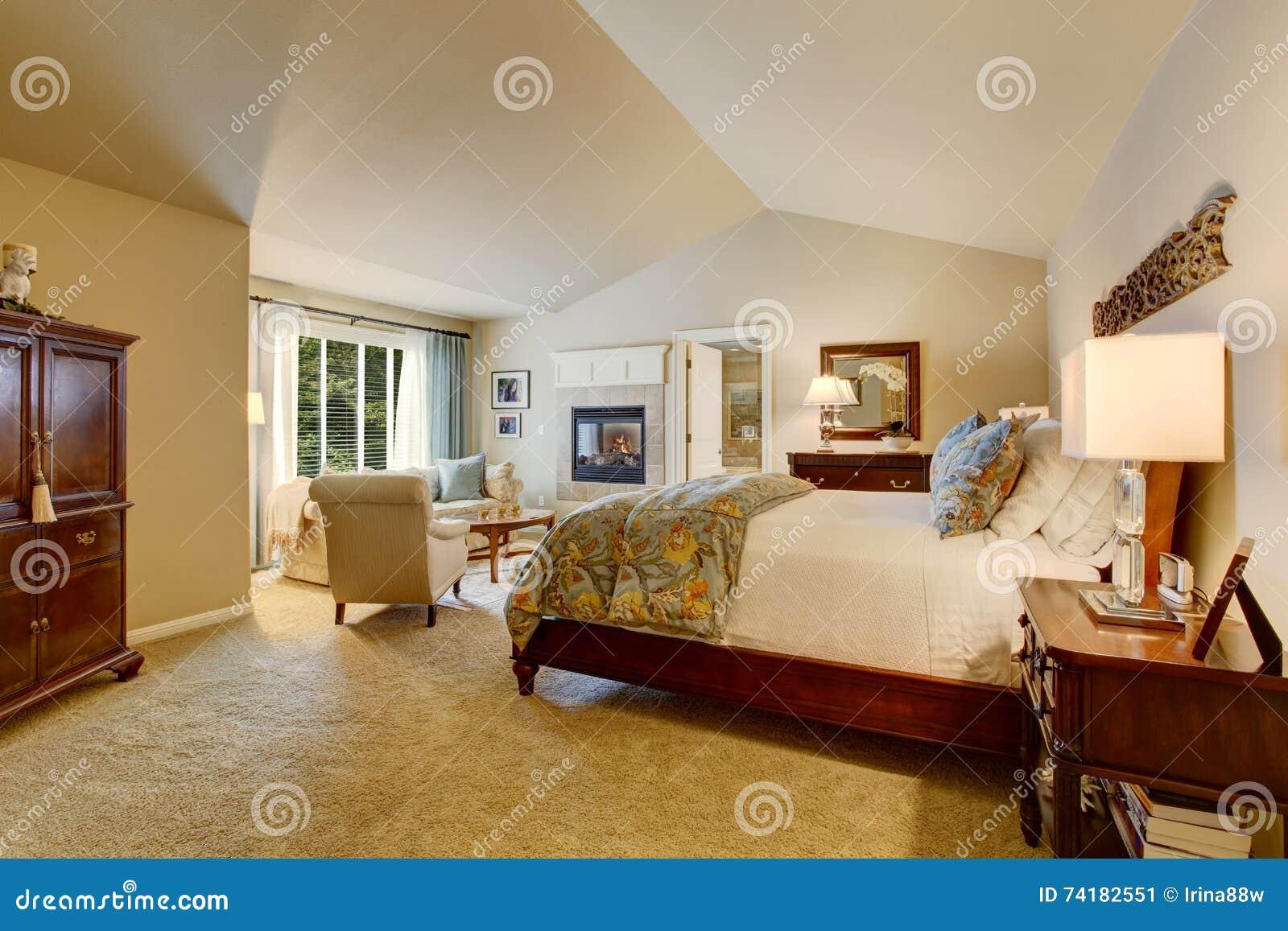 Klassisches Amerikanisches Schlafzimmer Mit Holzmöbel Stockbild ...