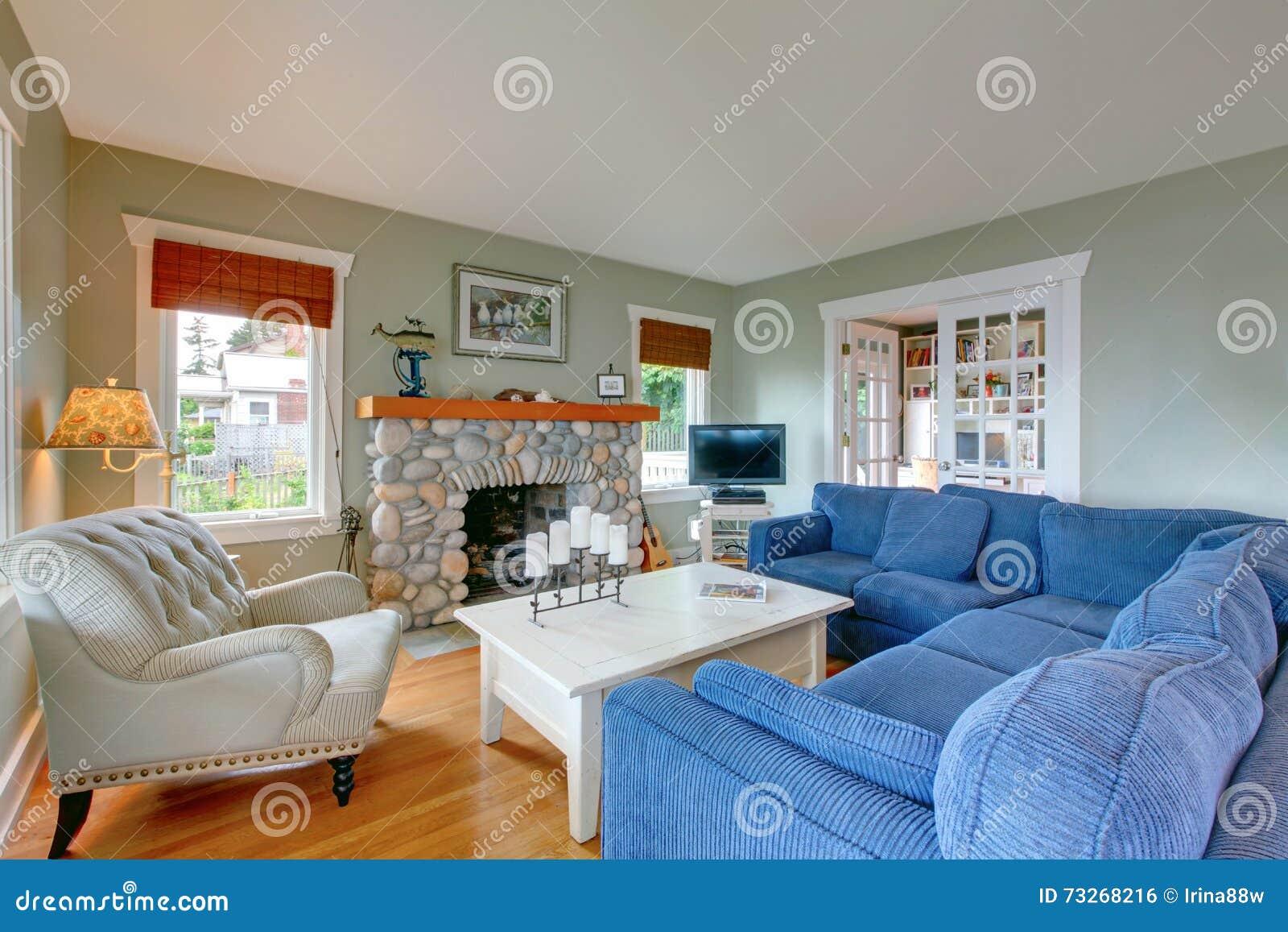 Klassisches Amerikanisches Wohnzimmer Mit Blauem Sofa Und Kamin