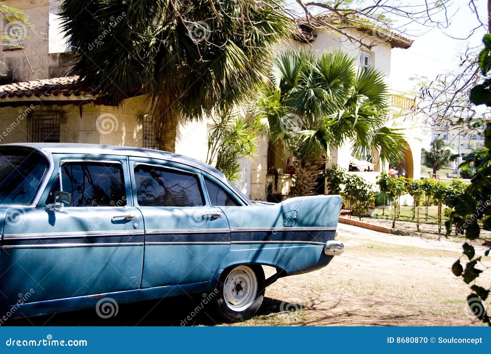 Klassisches Auto und Haus
