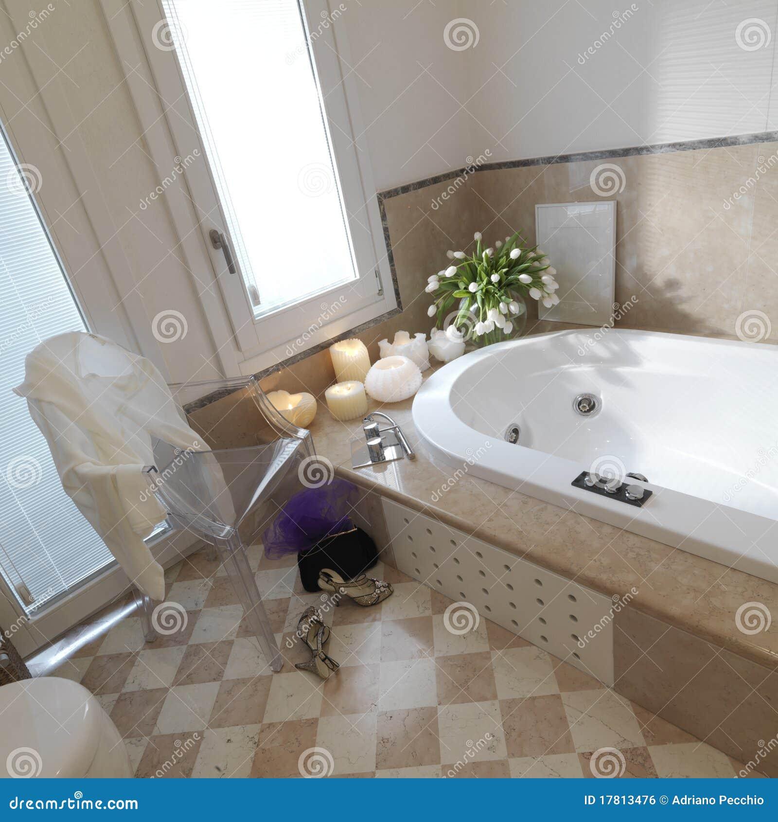 klassisches badezimmer mit stuhl und schuh lizenzfreies stockbild, Badezimmer