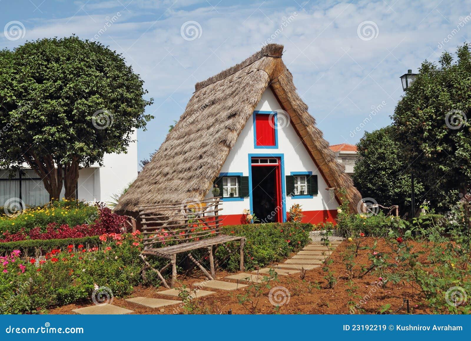 Klassisches dreieckiges kleines haus auf insel madiera for Haus auf madeira